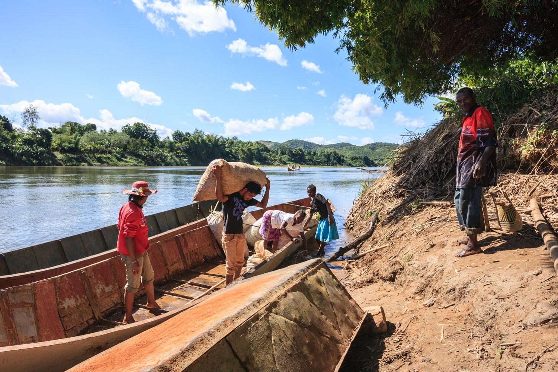 Dechargement Pirogue Curcuma Bio Cook Madagascar