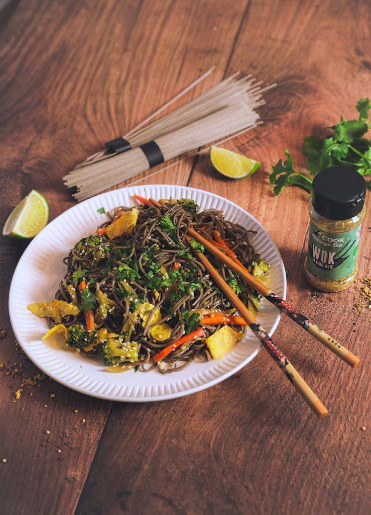 Wok de nouilles soba mélange wok