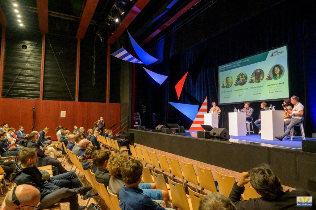 Il y avait pendant le salon une série de conférences très intéressantes, dont une où j'ai même fait une courte intervention, depuis le public !