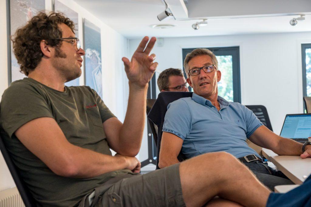 Participaient à la réunion, Julien Noé, au premier plan, fondateur d'Enercoop qui nous accompagne sur un projet de coopérative du transport à la voile dont je vous reparlerai bientôt, et derrière lui, Olivier Barrault et Loïc Briand de Grain de Sail.