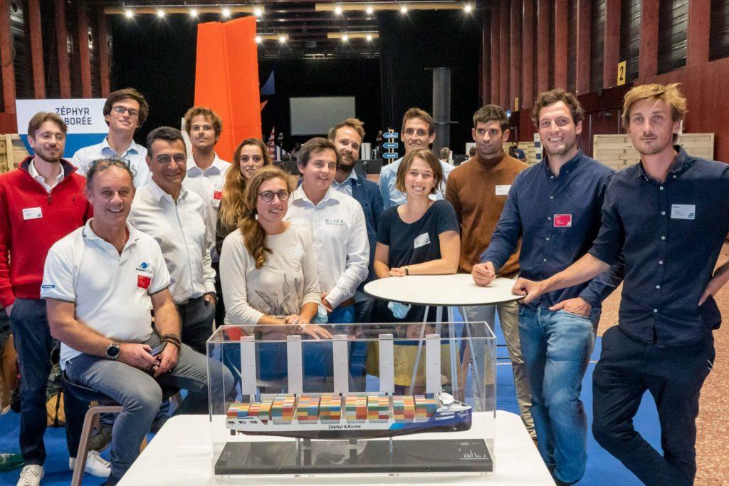 Toute l'équipe de Zéphyr et Borée, avec en premier plan, une maquette du Mervent, un projet de porte conteneur de 150m avec des voiles rigides qu'ils développement par ailleurs